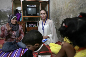 Angelina-Jolie-besöker-flyktingar