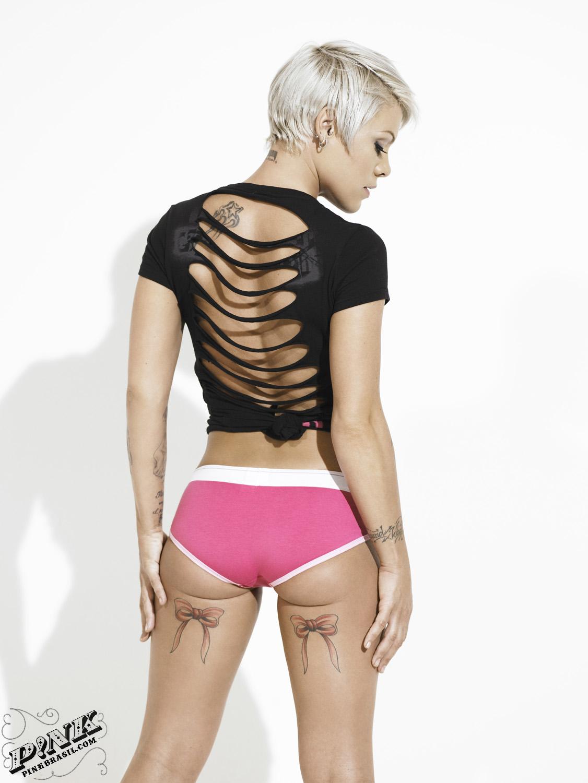 Vad tycker ni om Pinks tatueringar? Snygga eller för mycket? Och hur ...: bitterblondin.se/2009/10/11/pink-och-carey-visar-upp-sin-karlek-och...