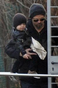 Knox Leon med pappa Brad Pitt