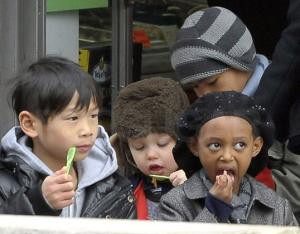 barnen Jolie-Pitt äter glass