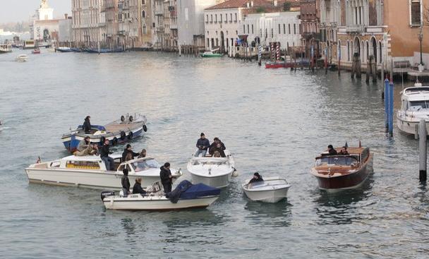 paparazzi väntar på Brangelina i Venedig
