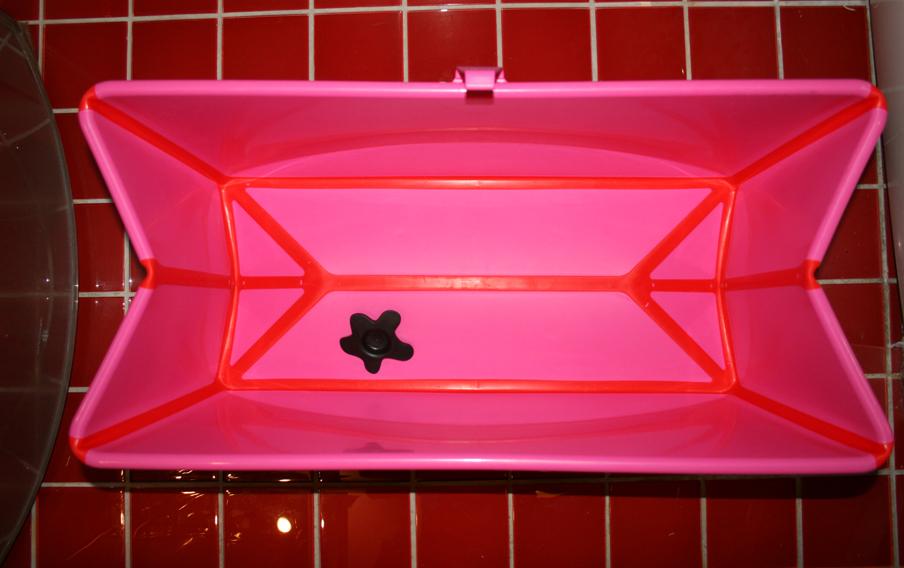 Ett vitt Bibabad hopfällbart badkar. För den som inte har badkar eller  eller vill kunna bada då och då och övrig tid ställa undan badkaret. 07a2b5c7b0127
