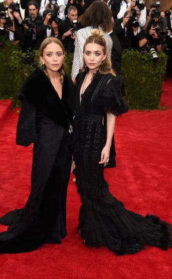 Olsen-systrar-svart-klanning